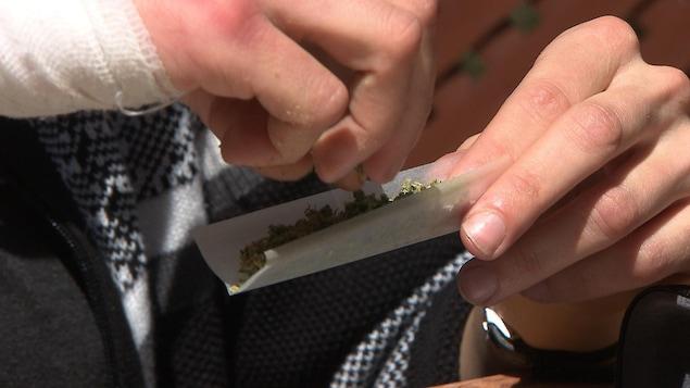 Raphaëlle Lemelin prépare un joint de marijuana.