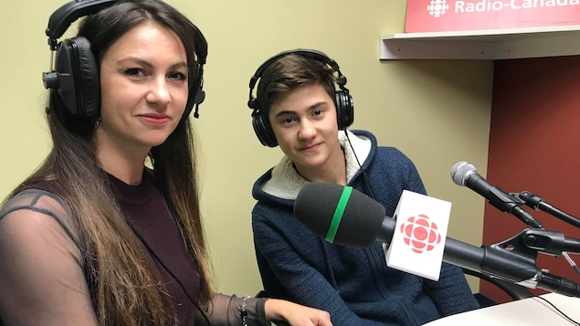 Une femme et un adolescent donnent une entrevue dans nos studios de Val-d'Or.