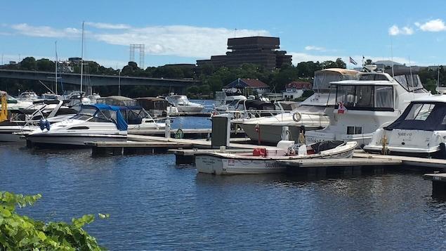 Des bateaux sont accostés à la marina de Hull