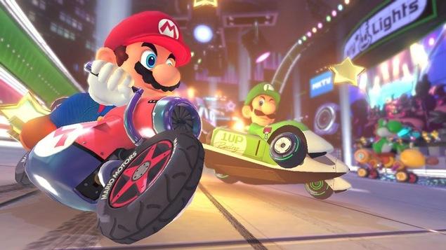 Mario, au volant d'une moto, double son frère Luigi.