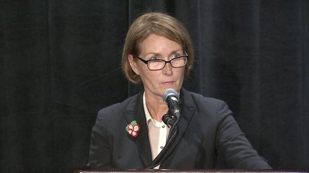 Mary Ellen Turpel-Lafond, au micro d'une conférence de presse en octobre 2016