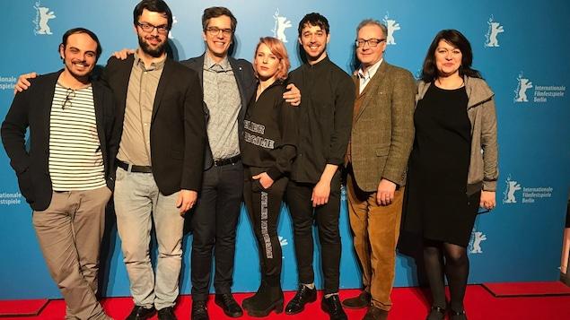 L'équipe du film « Ceux qui font les révolutions à moitié n'ont fait que se creuser un tombeau » prend la pose sur le tapis rouge du Festival international du film de Berlin.