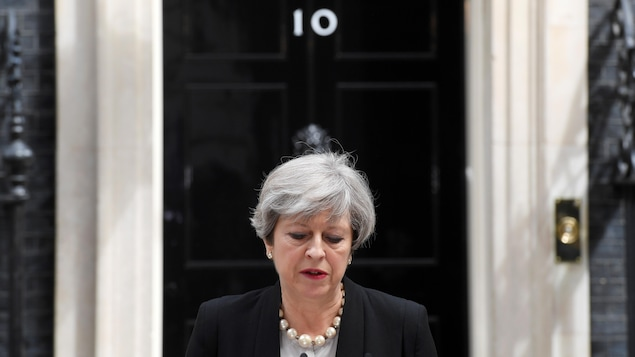 Theresa May devant le 10 Downing Street à Londres fait le point sur l'attaque-suicide de Manchester.