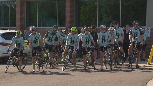 Le groupe de 11 cyclistes est composé de médecins, surtout des oncologues, mais aussi d'une ancienne patiente.