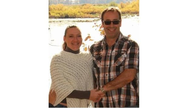 Le couple sur le bord de l'eau
