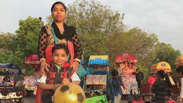 Une mère et son fils, dans un parc de la capitale New Delhi.