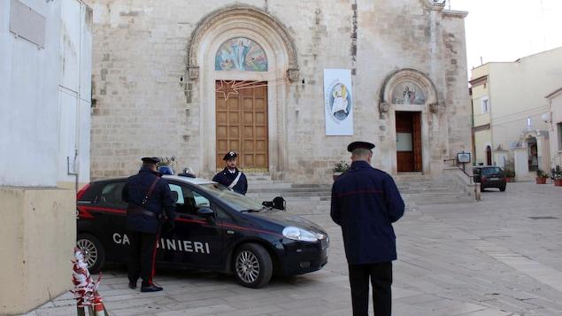 Trois policiers ont stationné leur véhicule devant le lieu de culte.