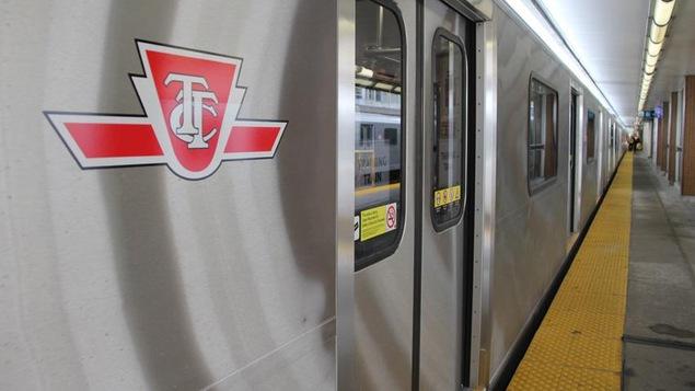 Photo du quai du métro de Toronto et d'une rame.