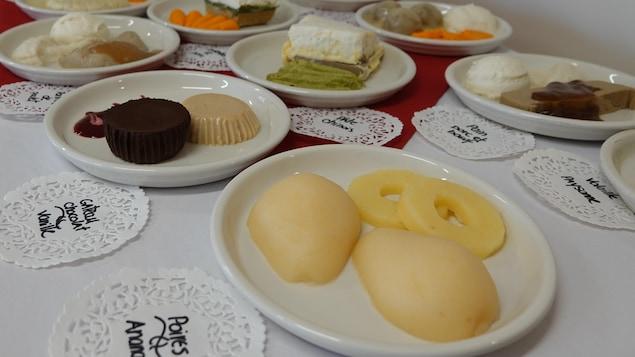 Des aliments texturés disposés dans des assiettes.