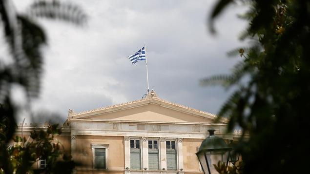 Le drapeau grec flotte au-dessus du Parlement à Athènes, le 21 juin 2018.