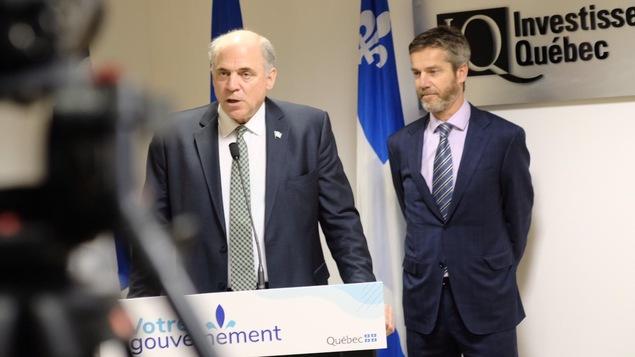 Le ministre de l'Économie, Pierre Fitzgibbon, en compagnie de Guy Leblanc durant un point de presse