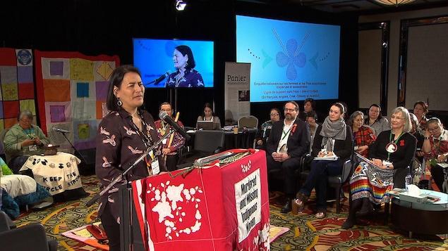 La commissaire Michèle Audette prenant la parole à l'ouverture des audiences de l'Enquête nationale sur les femmes et les filles autochtones disparues et assassinées à Montréal, le 12 mars 2018