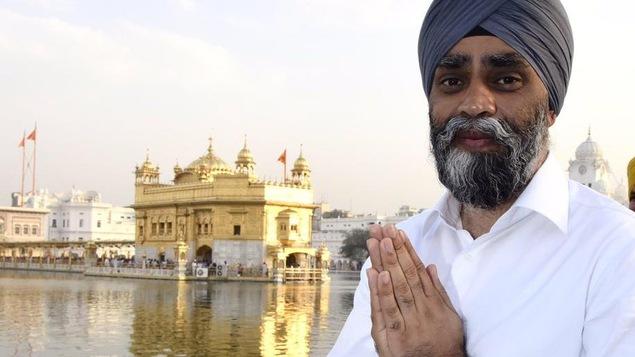 Le ministre de la Défense devant le Temple d'Or des Sikhs, à Amritsar, au Pendjab (Inde).