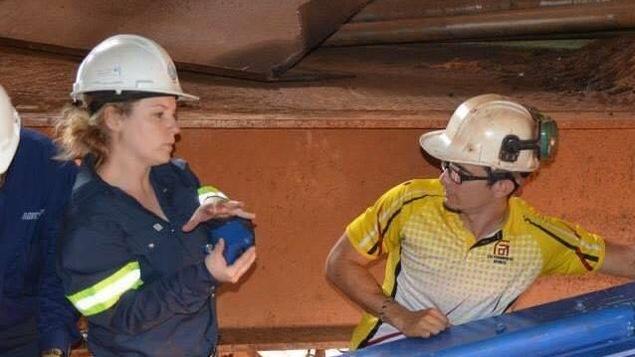 La jeune entrepreneure Mirka Boudreau dans une usine au Venezuela.