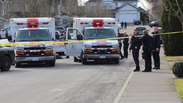 Des policiers et des ambulanciers sur les lieux d'une attaque ciblée