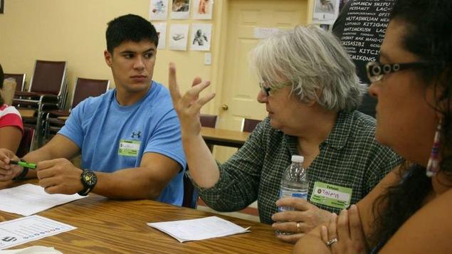 Diane Mitchell parle à un groupe de personnes assises à une table
