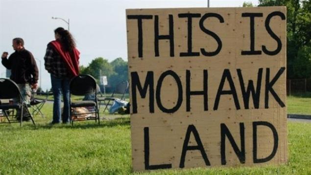 Une pancarte déclarant que ceci est un territoire mohawk