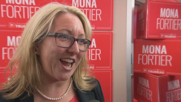 Mona Fortier au microphone de Radio-Canada.