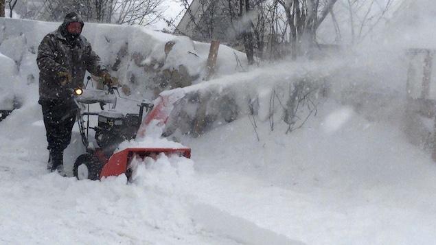 15 à 30 centimètres de neige attendus mardi