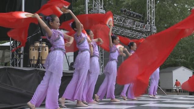 De jeunes danseuses font un spectacle dans le cadre du Mondial des cultures de Drummondville.