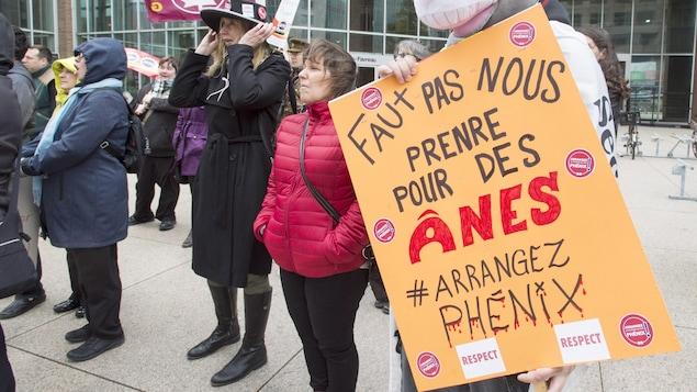 Des manifestants avec des pancartes devant un immeuble gouvernemental