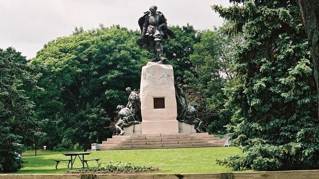 Une statue de Samuel de Champlain figure au sommet du monument qui a été érigé à Orillia en 1925.