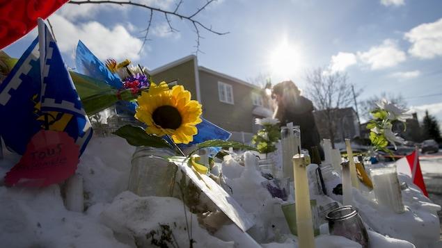 Des fleurs, des bougies et des messages de solidarité se trouvent toujours devant la grande mosquée de Québec, en hommage aux victimes.