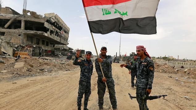 Des soldats de l'armée irakienne célèbrent la libération «imminente» de Mossoul, le 8 juillet 2017.
