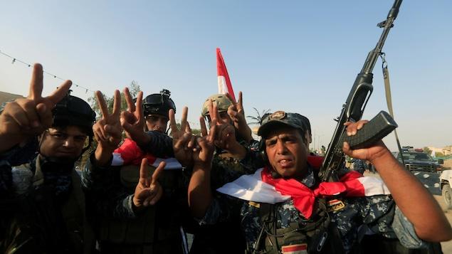 Des soldats irakiens célèbrent la libération de la ville de Mossoul.