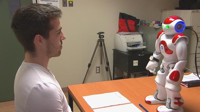 Le robot et un jeune homme