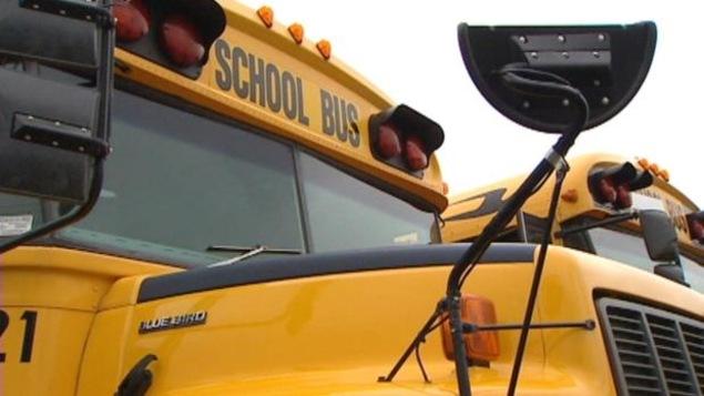Photo de deux autobus scolaires arrêtés