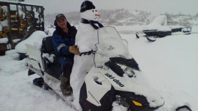 Nelson Smith, de Mary's Harbour, au Labrador, a décidé d'accueillir les caprices de dame Nature avec humour.