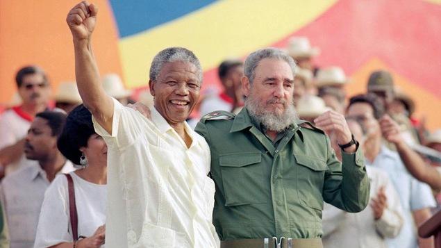 Le 27 juillet 1991, le président cubain Fidel Castro et Nelson Mandela se rencontrent dans le cadre de la célébration du « jour de la révolution » à Matanzas, à Cuba.