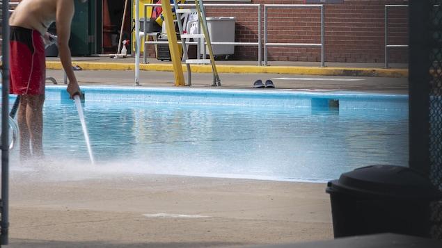 Un jet d'eau sort d'un boyau d'arrosage.