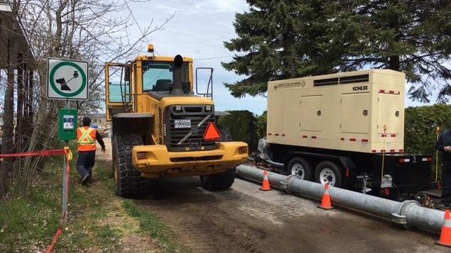 Les employés des travaux publics de la Ville de Nicolet sont à pied d'oeuvre pour l'opération nettoyage en cours à Nicolet à la suite des inondations qui ont touché la région.