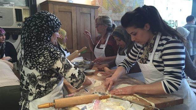 Des réfugiées syriennes préparent des repas.