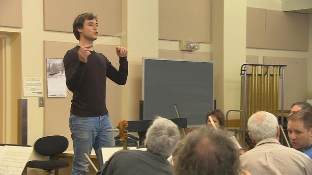 Le chef, Nicolas Ellis, en pleine répétition avec l'orchestre symphonique du Saguenay-Lac-Saint-Jean
