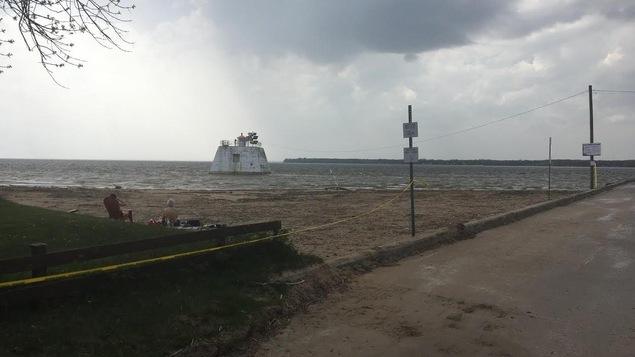 Des riverains profitent de la plage du Port Saint-François entièrement nettoyée après les inondations des dernières semaines.