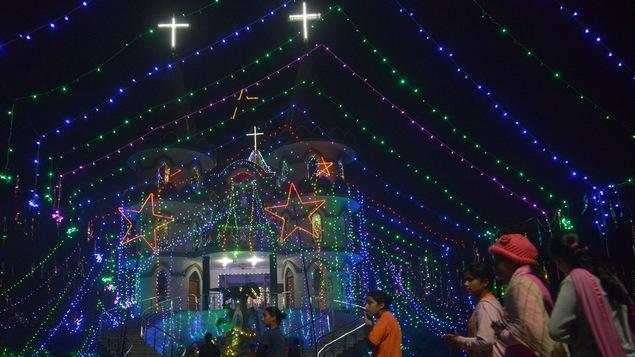 L'Église catholique Sainte-Marie d'Amritsar, en Inde, s'illumine de multiples couleurs pour la veille de Noël.