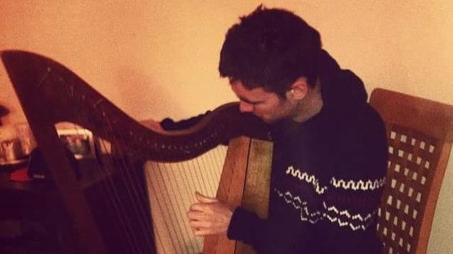 Une photo de Criostoir qui joue de la harpe chez lui en 2015