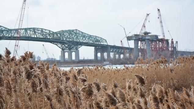 Le nouveau pont Champlain en construction, à côté du vieux