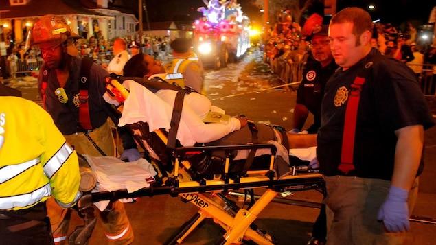 Les premiers répondants viennent en aide à un blessé.