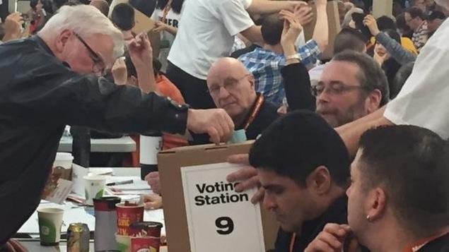 Photo de l'ex-premier ministre manitobain Greg Selinger en train de voter lors du congrès annuel du NPD.