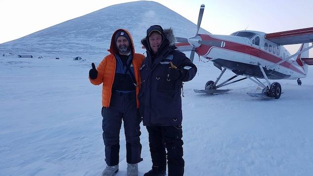 Photo de Martin et Dave sur la glace devant l'avion