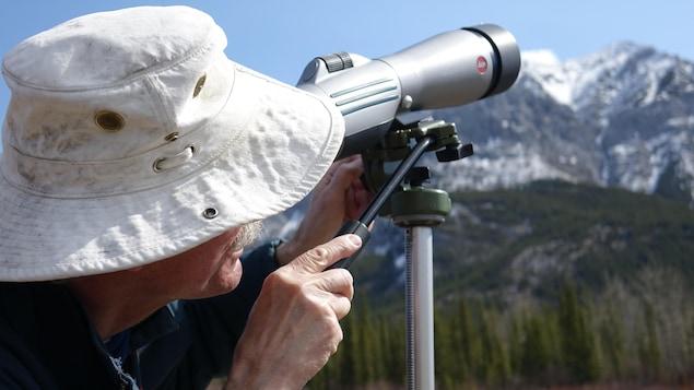 Joel Duncan avec un télescope.