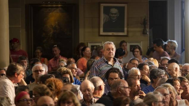 Des dizaines de personnes dans l'église.