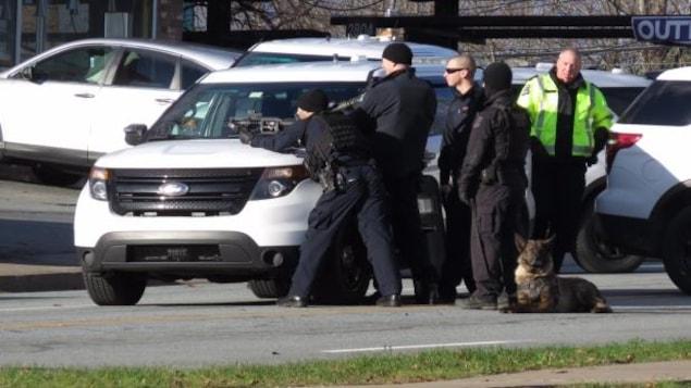 Des agents de la police d'Halifax surveillent l'entrée du studio de tatouage.