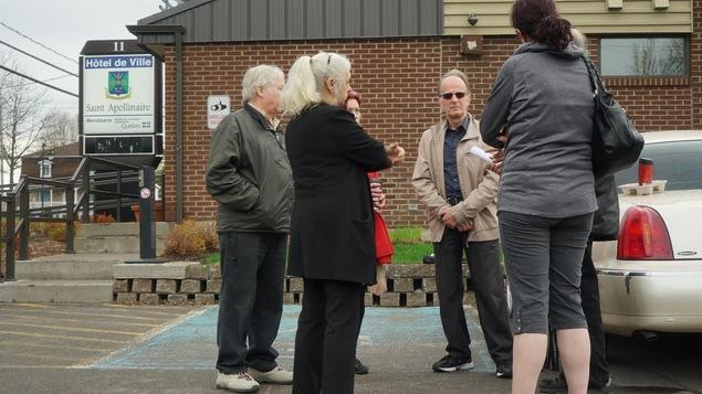 Des opposants au projet de cimetière musulman sont réunis à Saint-Apollinaire.