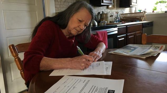 Connie Tanaka remplit un formulaire