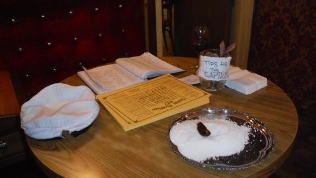 Le « Sourtoe » dans une assiette de sel au Downtown Hotel de Dawson, au Yukon